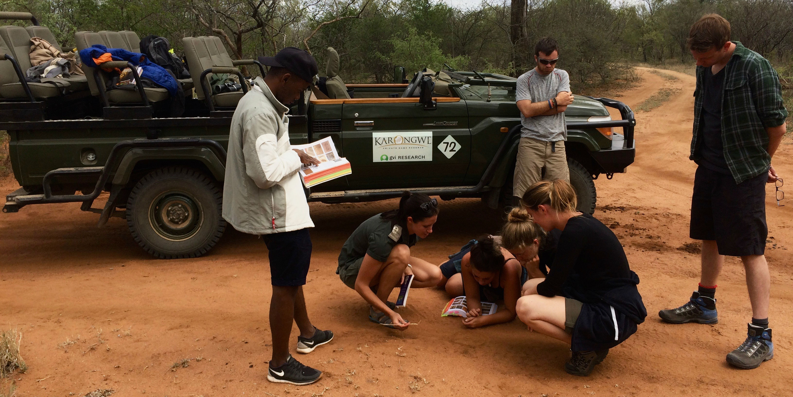 GVI participants learn to identify animal tracks while in South Africa on a breakers careers.